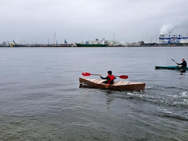 Noah schafft die 100 Meter im Pappboot als Schnellster.